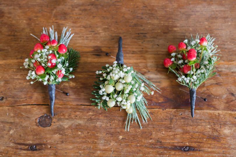 winter-wedding-boutineers